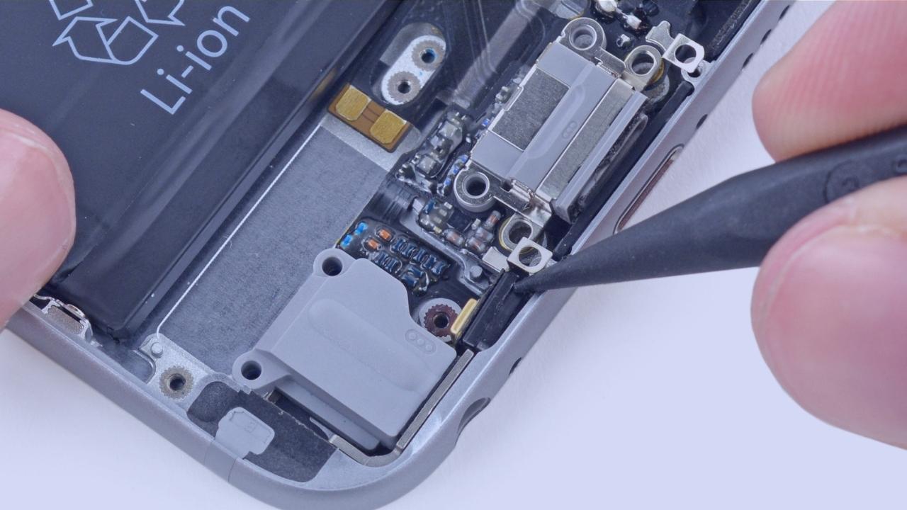 Закажите ремонт микрофона телефона.
